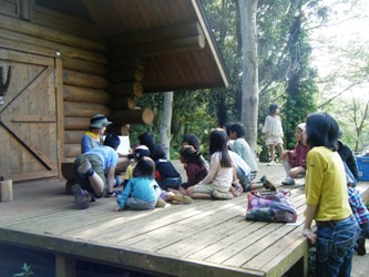 スタッフの森のお話に耳を傾ける子どもたち