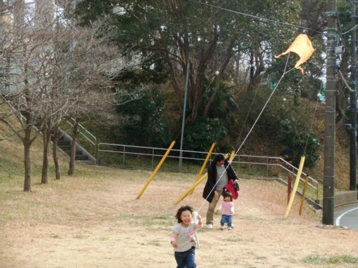 みんなで近くの丘に登って凧あげを楽しみました。ぐいぐい糸が引かれる感触と空に舞い上がる凧に子どもたちは夢中で走り回っていました。