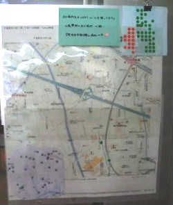 公衆電話、災害対応型自動販売機の場所見つけたら、広場に掲示してある地図にシールをはっています。