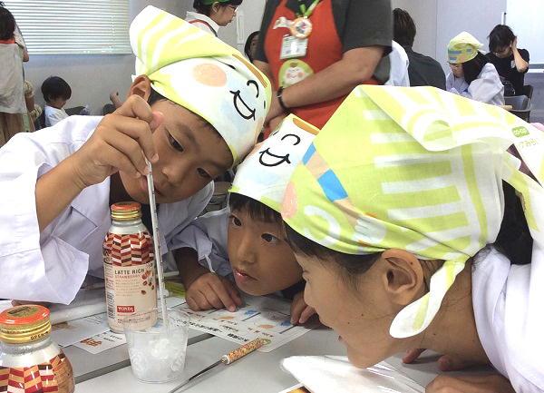 砂糖と塩を使った氷の温度変化を観察中!