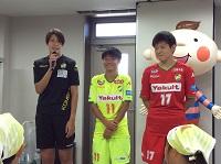 左から山根選手、小澤選手、木稲選手。いっしょにアイスクリーム作りを楽しみました