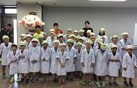 全員、白衣姿で楽しく原材料について学び、アイスクリーム作りも大成功!