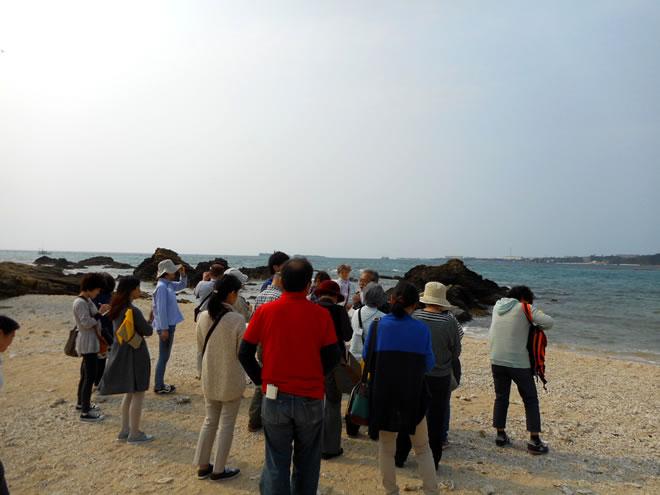 辺野古の浜でボランティアガイドの方から基地問題についてお話しを聞きました