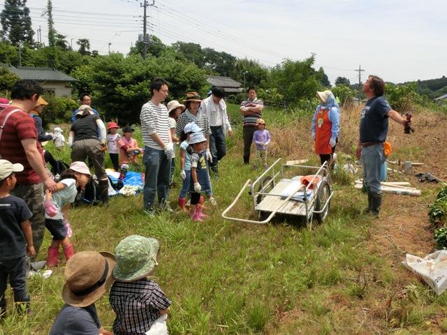 「飯農会」の方(写真右)から植え付け方を教わりました