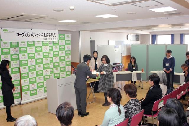 卒業証書を受け取る卒業生の写真