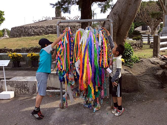 魂魄の塔(慰霊の塔)で平和への想いを込めた折鶴を献鶴しました