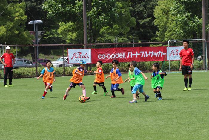 子どもたちは元気いっぱい浦和レッズのコーチと一緒にサッカーを楽しみました。
