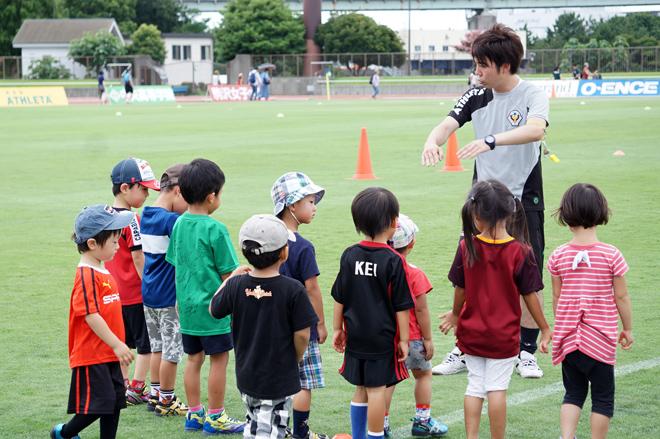 コーチの話を熱心に聴く子どもたち