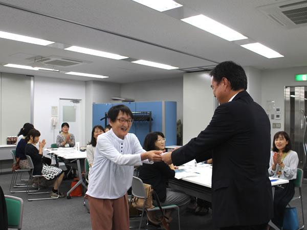 学生証を授与している写真