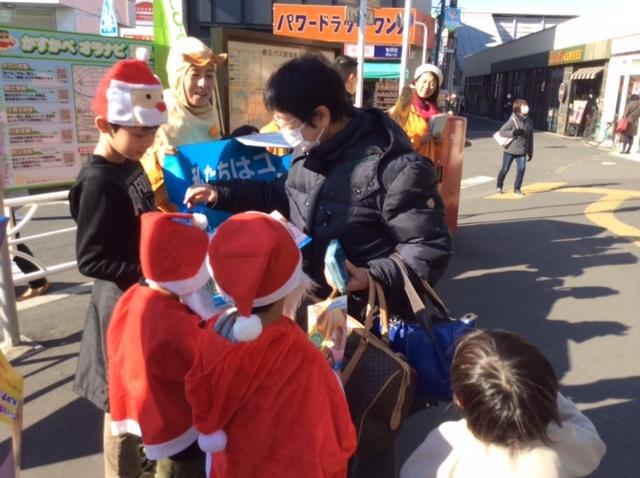 子どもたちも募金の呼びかけに参加しました(東武線春日部駅)