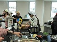 卒業制作では協力し合って調理を行いました
