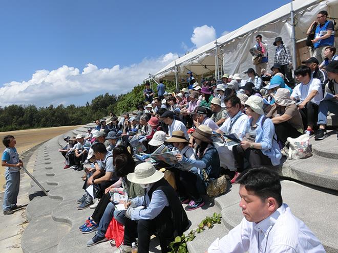 基地問題の話を聞く参加者の写真