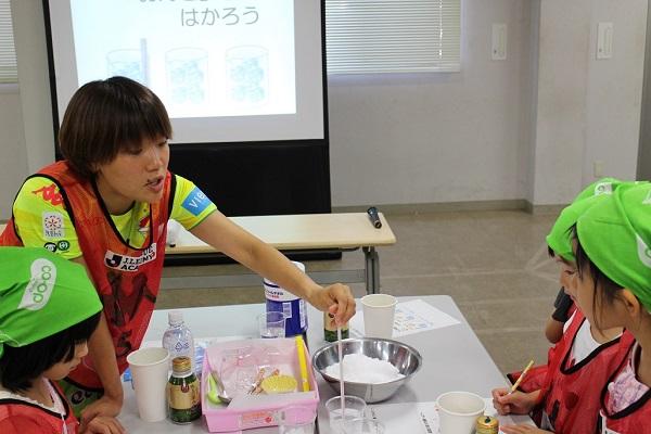 杉本選手も一緒にアイスクリーム作り。おいしくにできるのかな・・・