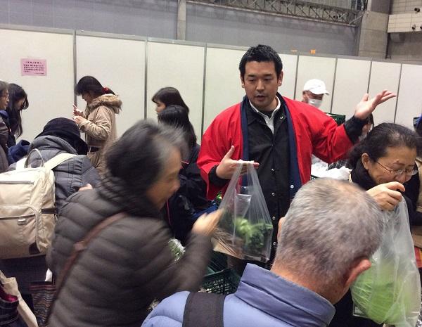 産直野菜の売り場も大行列。