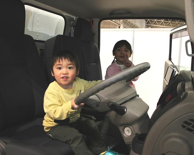 トラック運転席に乗る子どもの写真