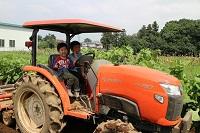 畑を耕すトラクターにも乗りました