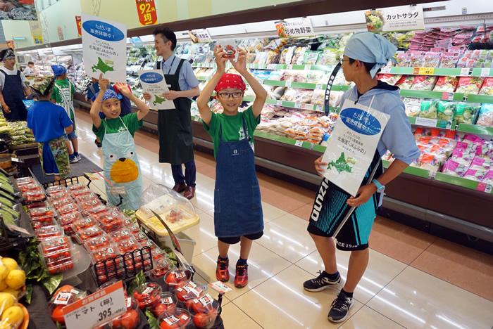 店頭販売を体験する子どもたち。大きな声で呼びかけていました(コープ南浦和店)