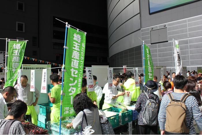 産直野菜や人気の商品の試食・販売や交流(食卓を笑顔にゾーン)の写真
