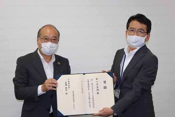 永井伸二郎 コープみらい副理事長(写真左) 加瀬博夫 千葉県健康福祉部長(写真右)