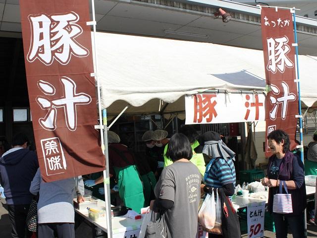 とん汁、焼きそばなど野菜たっぷりの食事コーナーも大人気でした