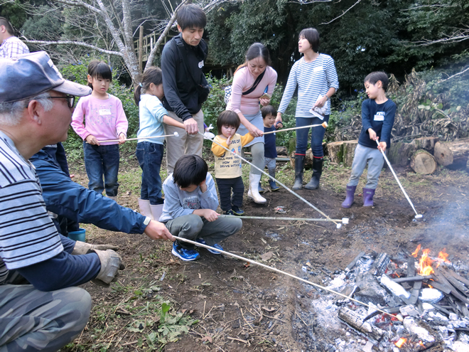 マシュマロを焼く参加者の写真
