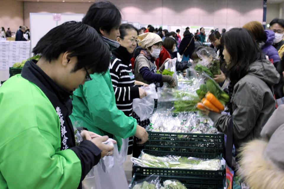 産直野菜を販売している写真