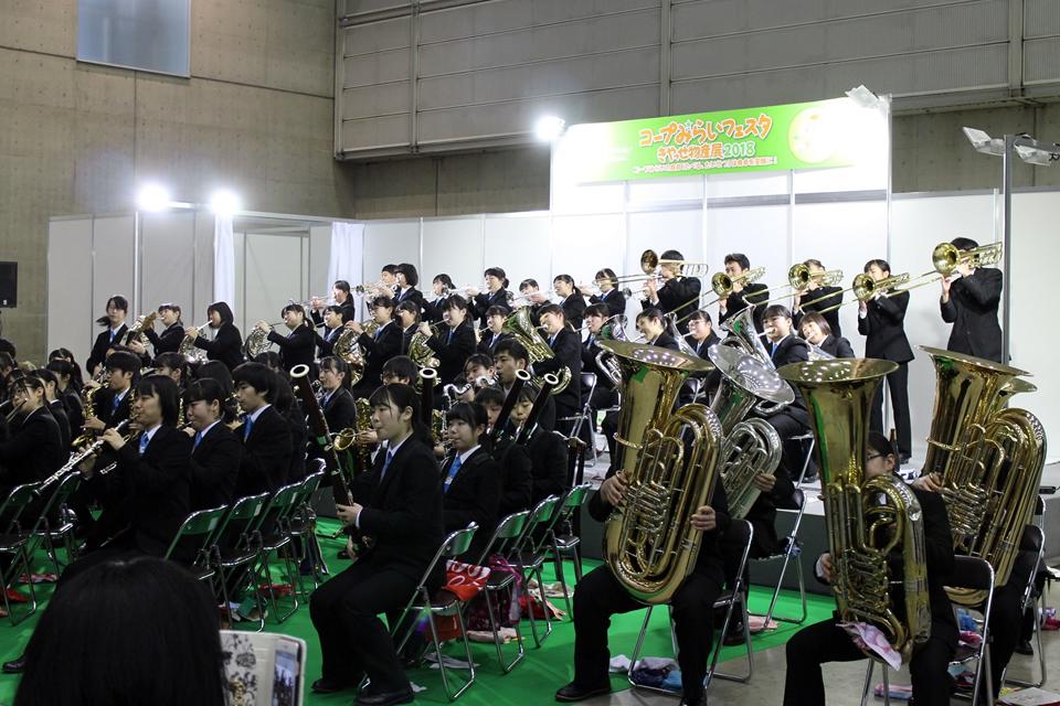 千葉県立千葉商業高等学校吹奏楽部が演奏している写真