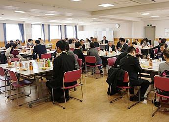 グループに分かれて席に着き、お茶菓子を召し上がりながら懇談会が和やかに始まりった様子の写真