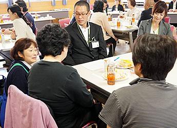録音担当の職員(左)もテーブルに加わり、商品カタログの情報をわかりやすく伝えるためのご意見やご要望を組合員さんにお尋ねしている様子の写真