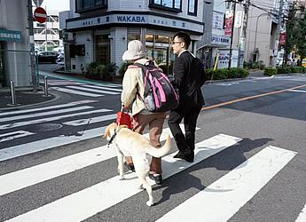 会場から最寄りのJR南浦和駅で職員が出迎え、お帰りはお送りしている様子の写真