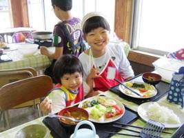 手作りナンで夏野菜たっぷりカレーを「いただきま~す!」