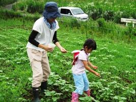 草取りのあとは、「大きくなぁれ!」と肥料まき