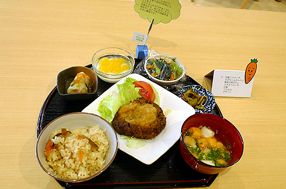 コープデリの食材を使用し、施設内の厨房で栄養士が入居者の状況に合わせた食事をつくります