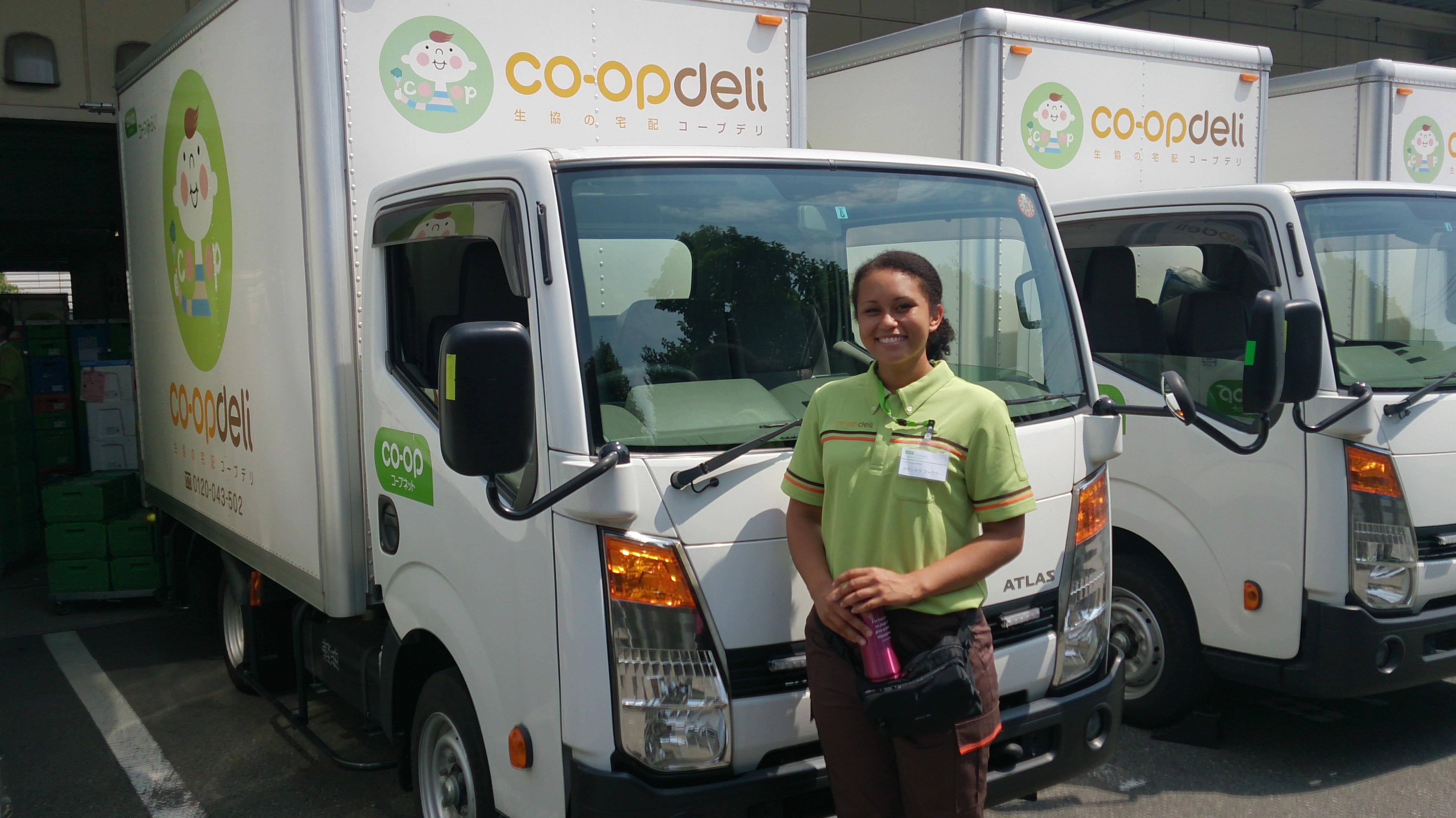 コープデリ宅配のトラックに同乗し配達の仕事も体験。お届け先の組合員の皆さんと交流しました