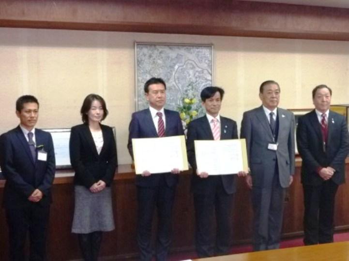 協定書を披露する秋葉八千代市長(右中央)と鳥羽千葉県本部長(左中央)