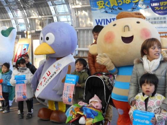 埼玉県ユニセフ協会などとともに募金をよびかけました(JRさいたま新都心駅)