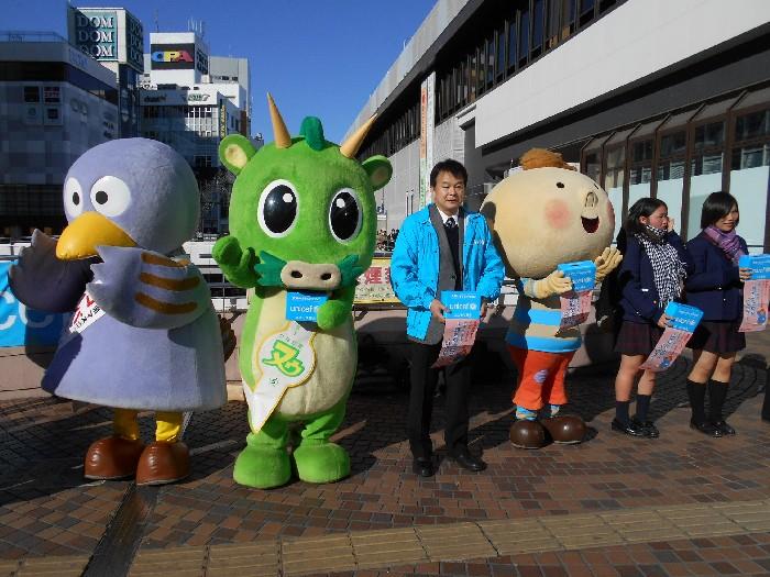埼玉県ユニセフ協会顧問の清水勇人さいたま市長(写真中央)が呼びかけに参加しました(JR大宮駅西口)