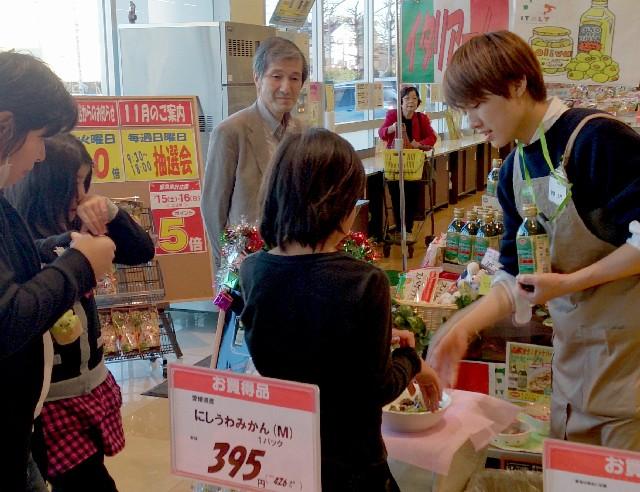 店舗実習で商品の売り込みを体験しました(2014年11月22日)
