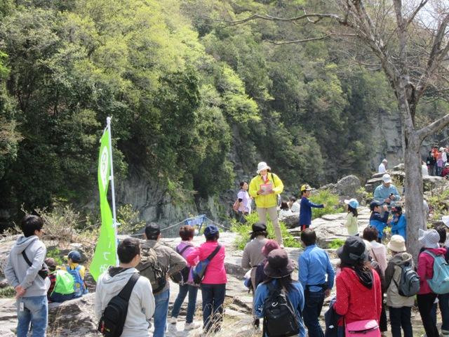 岩畳などの景勝地で観光ボランティアガイド(えんでんべぇ)によるお話を聞きました