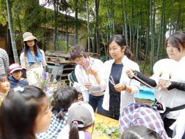 講師の宮崎さんの説明に子どもたちも真剣に聞き入って、花の匂いをかいだり手にとって見たりしていました。