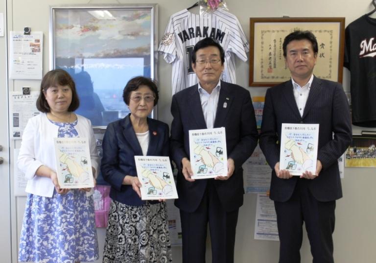右から鳥羽千葉県本部長、志村教育長、児玉三智子さん、世良理事