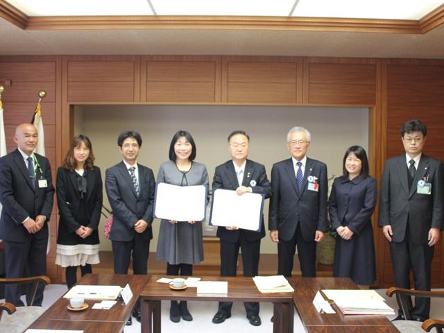 奥ノ木信夫川口市長(写真中央右)と協定書を交換しました(新井ちとせ理事長:写真中央左)