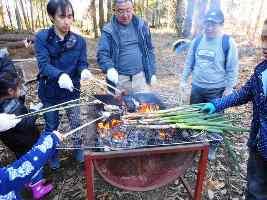 竹串も自分たちで作って、各自に持ってきた材料を焼きました
