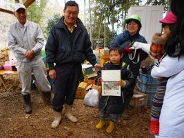「1年間よく頑張りました」と飯島校長より修了証書が手渡されました。