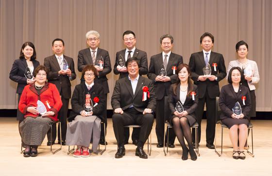 小橋さん(前列中央)と受賞企業・団体で記念撮影