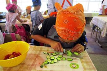 野菜を切っている写真