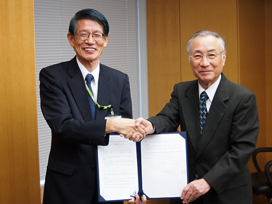 協定書を交わすコープみらい佐藤副理事長(写真左)と石川千代田区長